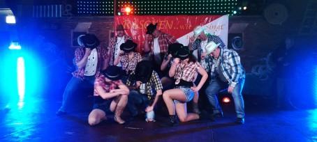 Männerbalett beim gemeinsamen Tanz mit den Showgirls