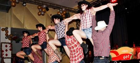 Showgirls beim gemeinsamen Tanz mit dem Männerbalett